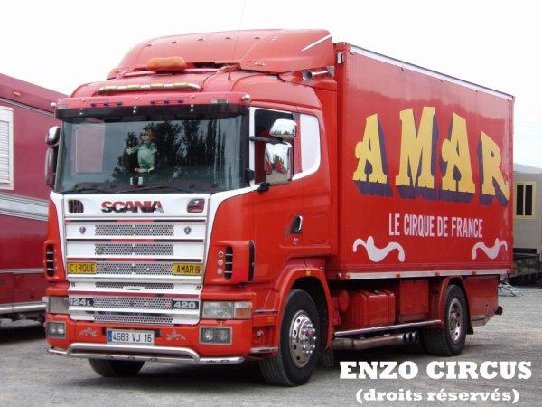 Le Scania, jalousement entretenu par son propriétaire qui ne cesse de lui apporter de nouveaux éléments de décoration. Ajouts de cette année : les petites lumières bleues au dessus du pare-brise et les décorations sur le pare-choc de chaque côté de la plaque d'immatriculation