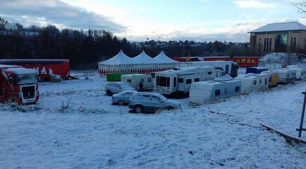 Image insolite du cirque Amar sous la neige à Rodez