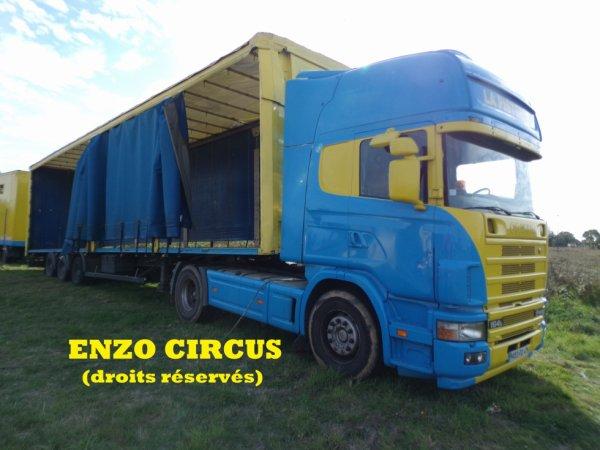 Un convoi destiné, entre autres, au transport de la caisse et du bar du cirque