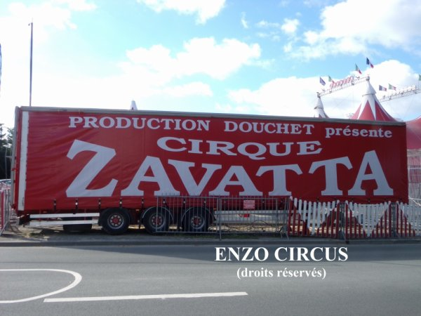 Cette semi-remorque stationnée en façade annonce le cirque Nicolas Zavatta...