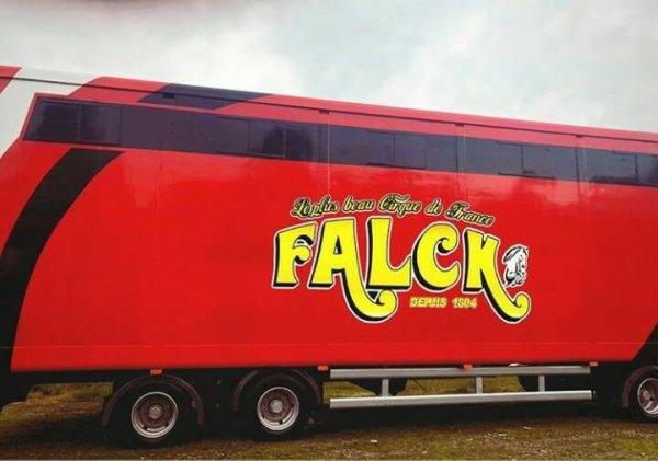 La famille Falck dévoile la nouvelle décoration de ses convois. Un seul mot : superbe :-)