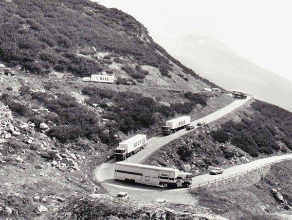 Les convois sur les routes sinueuses de la montagne Suisse