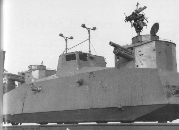 Blindés prit aux russes + curieux bateaux blindés allemand, front de l'est. K