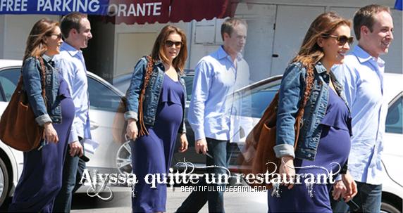 Alyssa quittant un restaurant