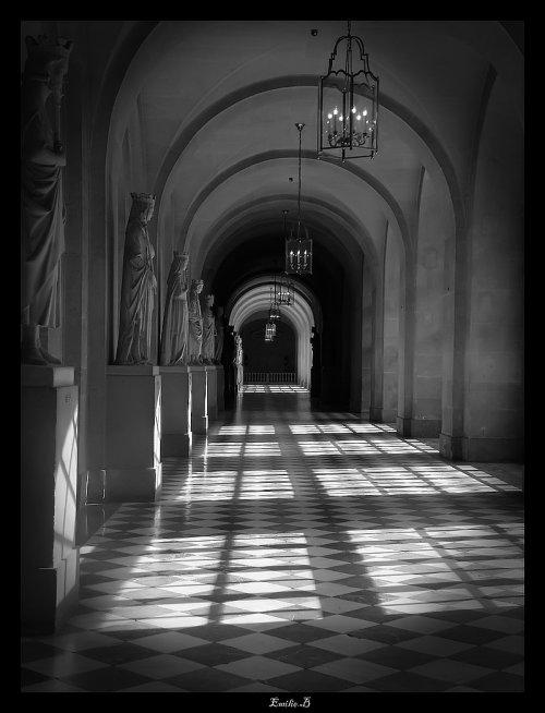 Dans les couloirs de Versailles
