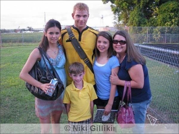 """-23/12/10   Kellan Lutz et Nina Dobrev prenant des photos avec des fan sur le set de leurs prochain film """"The Killing Game"""". -"""