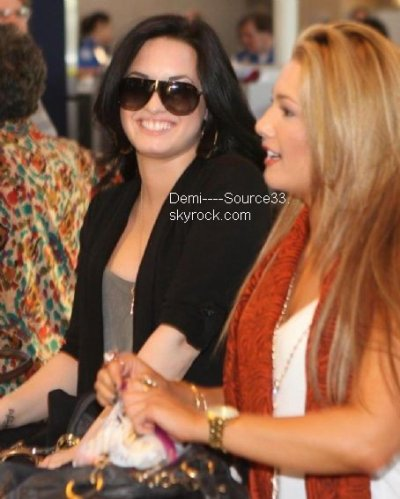 Demi Lovato à Dallas aéroport (Mars 10)
