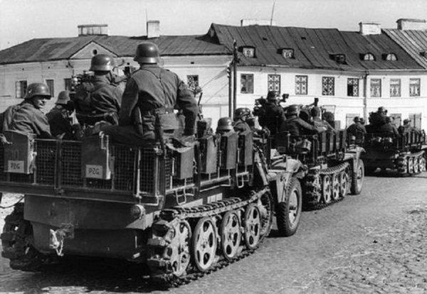 Vendredi 1er septembre 1939 4h30 au matin l'Allemagne attaque la Pologne , c'est le début de la seconde guerre mondiale