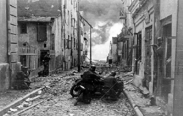 2 - L'avance vers varsovie : La petite Pologne résiste héroiquement.