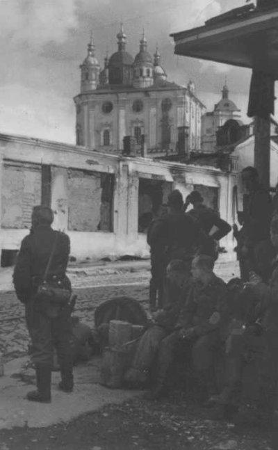 22 / 4 La prise de Smolensk , la réaction Soviétique et l'hésitation allemande .