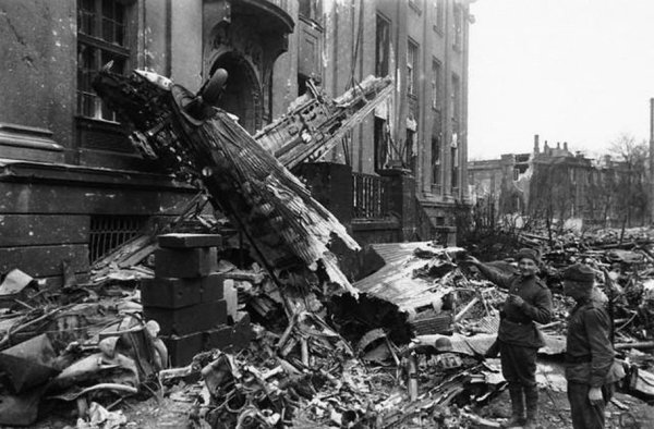 121 - La Grande Débâcle 12 . De la Vistule à l'Oder , La fulgurante campagne de Pologne ( 5e Partie et fin ). Le siége de Breslau  du 15 février 1945 au 6 mai 1945.