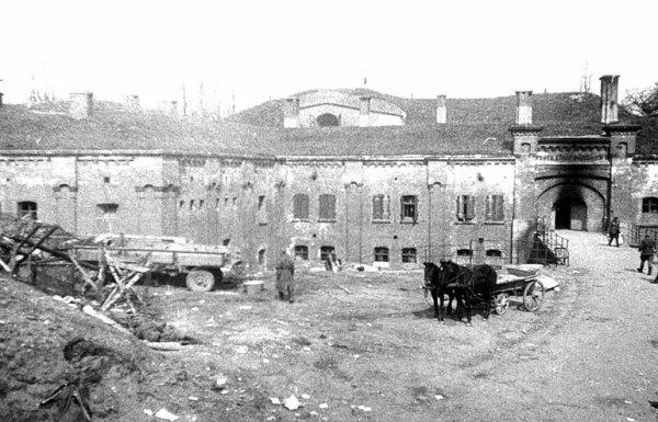 122 - La Grande Débâcle 13 - Le Tragique Destin d'une Ville et d'un Peuple , les Derniers jours de la Prusse-Orientale du 13 janvier 1945 au 25 avril 1945.