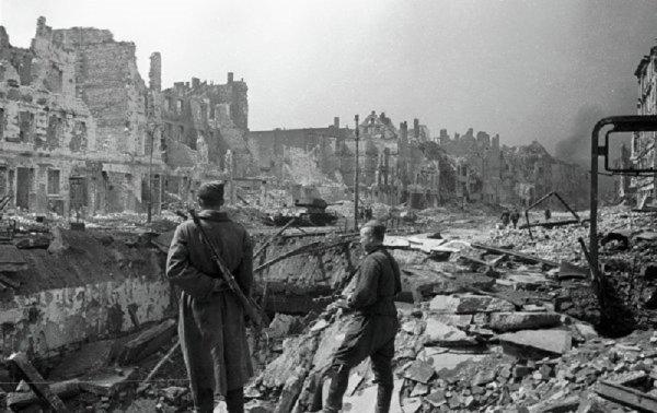 141 - Dans l'Enfer de Berlin 1 - Le cercle d'acier se referme sur la Capitale du Reich .