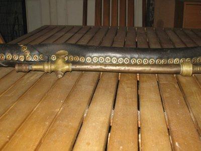 petite lance avec tuyau en cuir rivetés année 1900