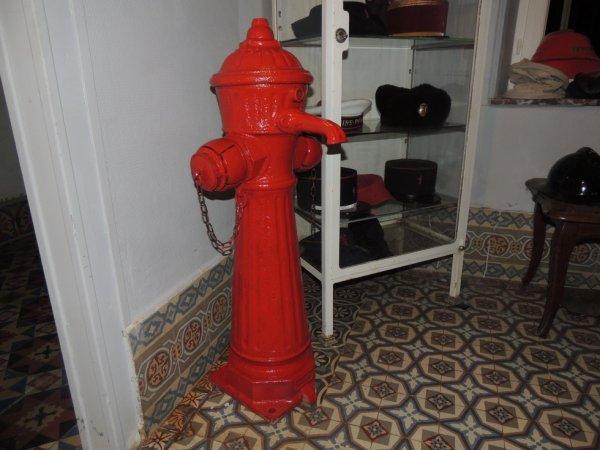 poteaux servant aussi de fontaine a la population de 1900