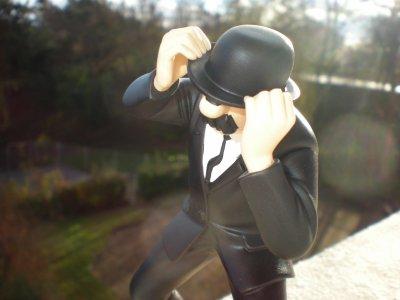 ** dupond en galère avec son chapeau ..