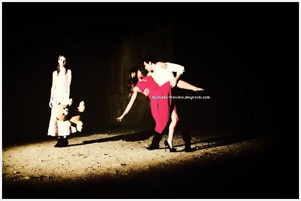Voici un new photoshoot de Michael, Jenna et Emma Roberts par le photographe Tyler Shields!Michael et Jenna dans un photoshoot ?! Je dois avouer que je ne m'y attendais pas. Que l'on aime ou pas le couple, ce photoshoot est sublime. C'est un pari réussi pour Tyler Shields photographe et ami du couple qui à décider de les photographier en compagnie de Emma Roberts. Je vous laisse regarder la vidéo disponible en bas de cet article.