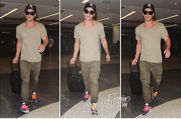 06/07/12 : Michael, tout comme une partie du cast a été vu arrivant à l'aéroport de LA. Eh oui il est temps pour le cast de s'envoler vers Atlanta pour notre plus grand plaisir puisque c'est pour le tournage de la saison 4 !