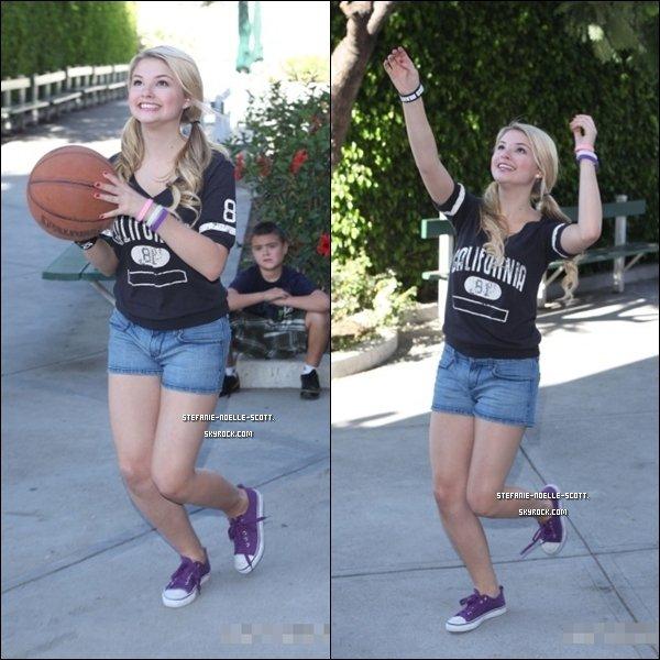 29/10/11   Stefanie faisait du basketball devant chez elle à Los Angeles.