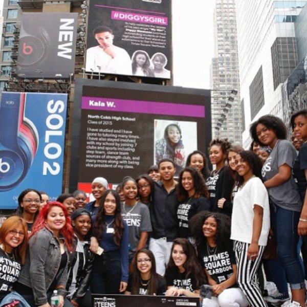 11 Juin 2014: Diggy était à Time Square de nouveau avec sa #DiggyGirl (une fan) qui a obtenue sa bourse
