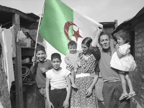Vive l'Algérie « Tahiya el Djazair » et Gloire à nos martyrs.