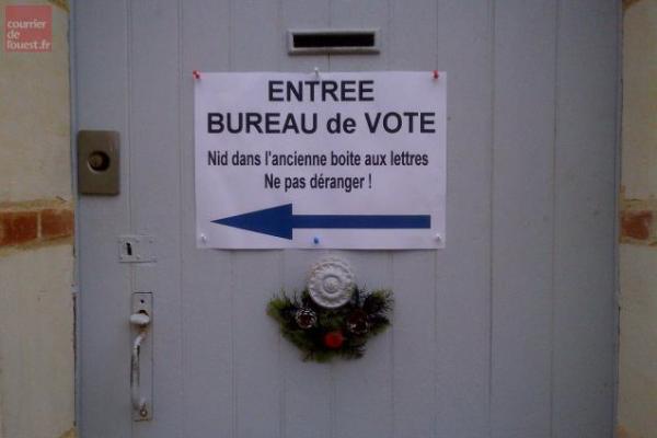 La Lande-Chasles L'entrée du bureau de vote est écologiquement déviée