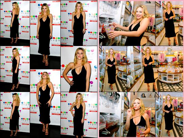 """"""" • 10/02/18   — Lili Reinhart était présente  à la « Sugar Factory » pour célébrer sa couverture de Magazine, à Las Vegas !En effet la belle y était pour sa couverture dans le Magazine « Ocean Drive ». Elle porte une sublime robe noir qui lui va à ravir ! Un top.  """""""