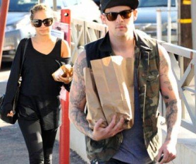look ultra-cool pour déjeuner avec son fiancé Joel Madden !