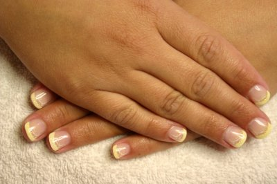 yellow nails - www.pe-le.at