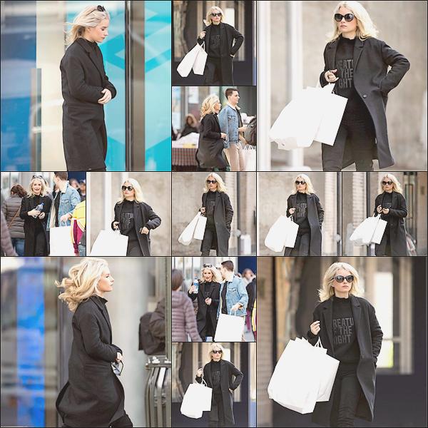 - 08/02/17 - Notre blonde Lottie Moss a était aperçue faisant du shooping dans les rues de New-York. C'est habillé tout en noir que notre blonde était dans les rues de la ville. J'adore sa tenue qui lui va à merveille. Un gros Top.  -