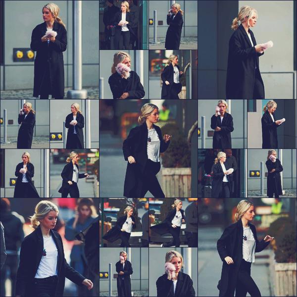 - 10/02/17 - La belle mannequin blonde et demie soeur de Kate Moss a était  dans les rues de New-York. C'est habillé en noir et blanc que la blonde Lottie était de nouveau dans les rues de New-York. J'adore sa tenue. Un gros top. -