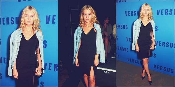 - 18/02/17 - C'est à la Fashion Week pour le défilé de Versus que notre blonde était présente à Londres. C'est dans une robe noir accompagné d'une veste en jean que la blonde était à l'évenement. J'adore sa tenue. Un gros top ! -