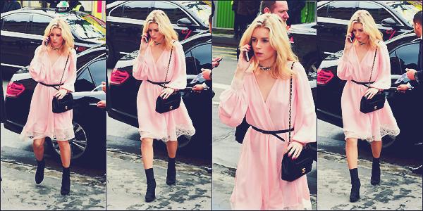 - 07/03/17 - C'est seule et téléphone à l'oreille que Lottie à était vu arrivant au défilé de Chanel à Paris. Dans une robe rose avec quelques dentelle accompagnée de noir comme toujours que notre mannequin à était vu. Au top ! -