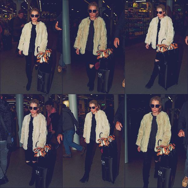 - 08/03/17 - C'est arrivant à la station St Pancras que notre mannequin blonde à était aperçue à Londres. C'est dans jean noir et toujours accompagnée de son manteau en fourrure que la belle à était vu dans sa ville. Un top ! -