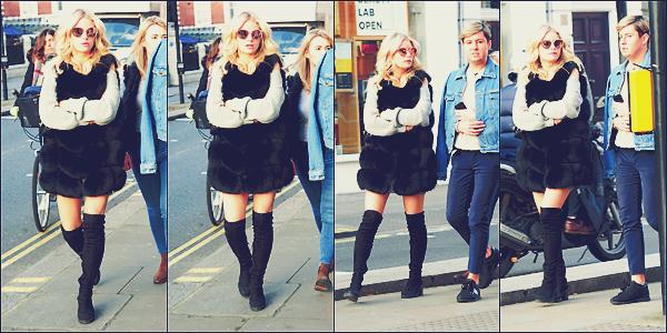 - 13/03/17 - C'esttoujours accompagnée d'amis que Lottie à était vu de nouveau dans les rues de Chelasea. C'est dans une robe accompagnée d'un manteau en fourrure que notre Charlotte était à Londres. J'accordeun top! -