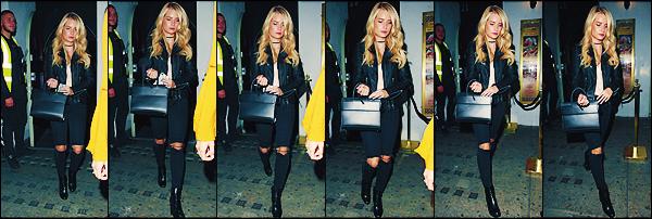 • 14 juillet 2017 || Notre mannequin blonde à été photographier accompagnée par ses amis dans les rues de Londres. C'est très peu souriante que la soeur du mannequin Kate Moss de 19 ans à été aperçue ce soir là. Un gros top à sa tenue !  •