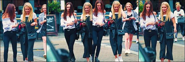 • 18 juillet 2017 || Notre mannequin à été photographier en compagnie d'Emily et de Frankie dans les rues de Chelsea. C'est sortant d'un restaurant que notre miss Charlotte à été vu souriante et profitant de ses amis à Londres. Un top !  •