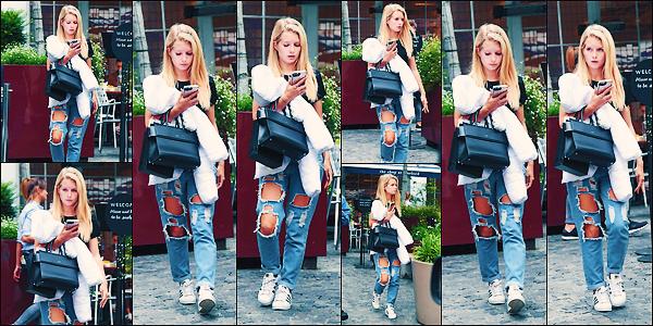 • 04 aout 2017 || Lottie à été photographier dans les rues téléphone et grosse doudoune en mains toujours dans Londres. C'est pour une fois toute seule que notre belle blonde à été aperçue. Un petit top pour la tenue de notre mannequin anglaise !  •