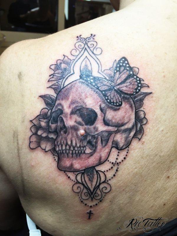 Ric Tattoo 06.19.88.58.27 / 04.91.50.80.04 /// Crane / Skull / Baroque / Fleurs / Flowers / Perles / Omoplate.