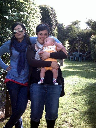 mon bébé dan lei bras de ma soeur et pui moi a cotei d'eux
