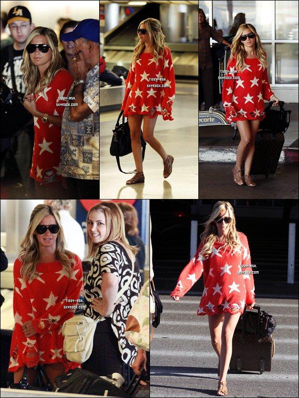 -  2 Aout 2011 :  De retour de Miami, Ashley et son gros pull troué ont été aperçus à l'aéroport LAX à Los Angeles.  -