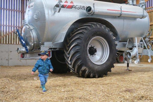 Loïs à la ferme en mode découverte...