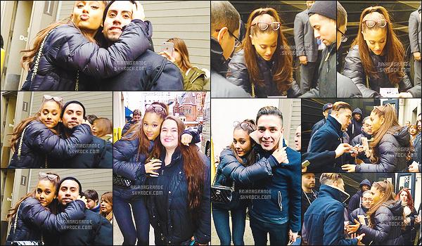 . 03/03/2015 : La superbe Ariana Grande à été photographiée avec quelques fans devant son hôtel à Chicago. La chanteuse' continue' donc sa tournée HoneyMoon Tour, dans l'Illinois. Je ne posterai pas les' photos de la tournée, sinon c'est trop répétitif... .