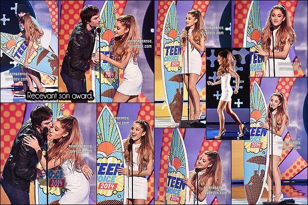 10/08/14 - Ariana Grande était présente aux « Teen Choice Awards 2014 », qui se déroulaient à - Los Angeles.  Elle a enfin posé sur le blue carpet. Elle a remporté un award dans la catégorie : Meilleure chanteuse. Félicitations à la magnifique & talentueuse Ari.