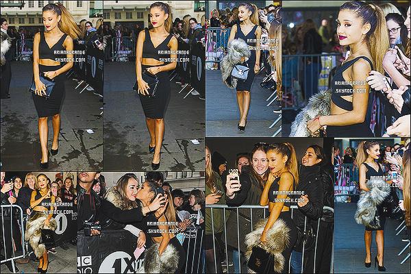* 09/10/14 : C'est devant les locaux de la radio «BBC Radio 1» qu'Ariana Grande posait avec des fans à Londres.  Plus: Miss Grande a donc posé avec de nombreux fans qui étaient présents. Côté tenue pour Ari, c'est un gros top. Et toi, tu aimes?*