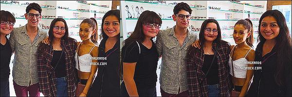 * 19/01/15 : Ariana Grande a été repérée, avec son ami Matthew Bennett, faisant du shopping dans Los Angeles.  Plus: Nous n'avons le droit qu'à des photos de fans. Toujours très proche de ses fans, Ariana G. a donc gentiment posé à leurs côtés !*
