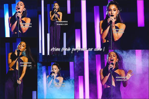 * 08/02/15 : Ari Grande s'est rendue à la cérémonie des « 57e Grammy Awards » qui se tenait à Los Angeles.  Plus: Notre jeune chanteuse a changé deux fois de robes au cours de la soirée. Des sublimes robes de la marque Versace. - Un top !*
