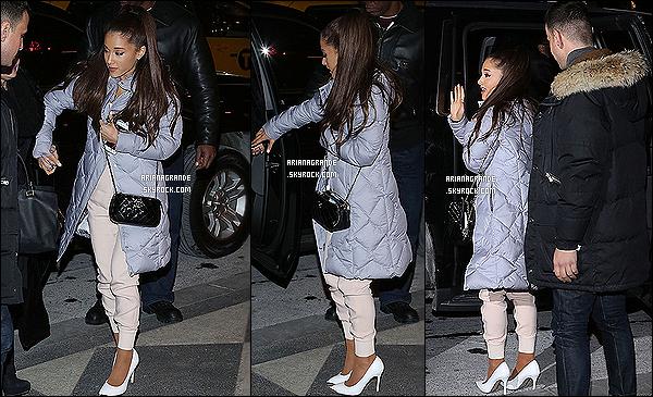 . 16/02/2015 : Ariana Grande à été vu arrivant à l'after-party du « 40th anniversary of SNL » dans New-York. Ariana était accompagnée de sa maman Joan Grande avec qui elle s'est rendue à l'anniversaire du Saturday Night Live j'adore son manteau. .