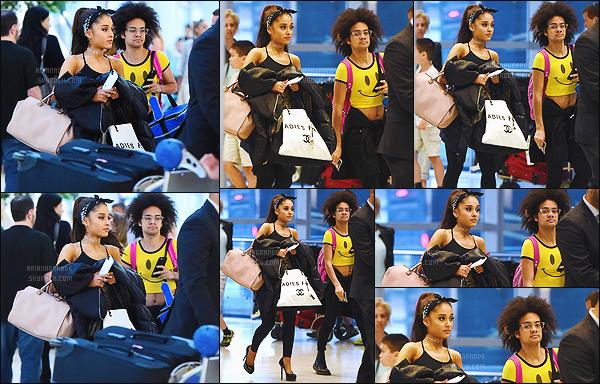 """. 29/06/2015 : Ariana Grande et l'un de ses amis ont été vu arrivant à l'aéroport """"JFK"""" qui se situe à New York.    Ariana G.  était donc à l'aéroport en compagnie de l'un de ses amis direction Rome pour le tournage du film Zoolander 2 hâte de voir le résultat.  ."""