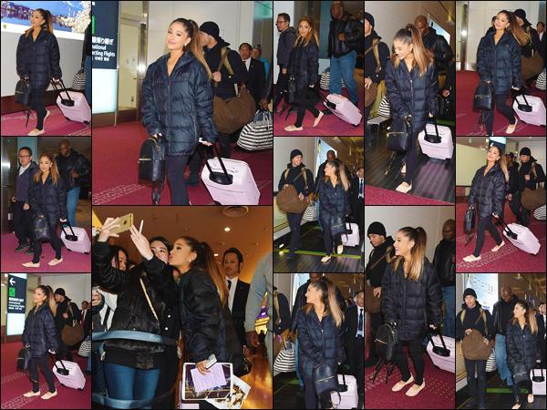 """'""""11.04.16'''' ─ Ariana Grande a été aperçue alors qu'elle arrivait à l'aéroport de Tokyo, qui se trouve au  Japon. Petit séjour au Japon pour l'interprète du titre """" Focus """" ! Au niveau de la tenue, je ne suis pas très fan donc je lui accorde un bof ! Qu'en penses-tu ? [/alig fen]"""